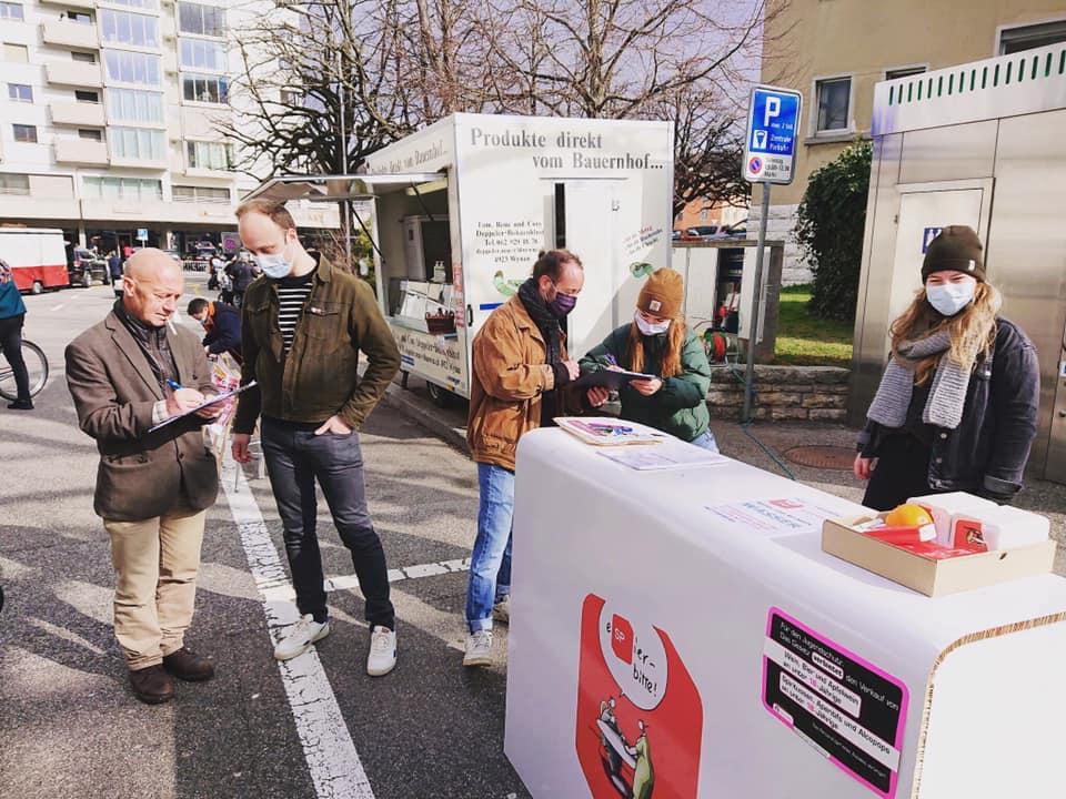 Unterschriften sammeln am Märet für einen kantonalen Mindestlohn